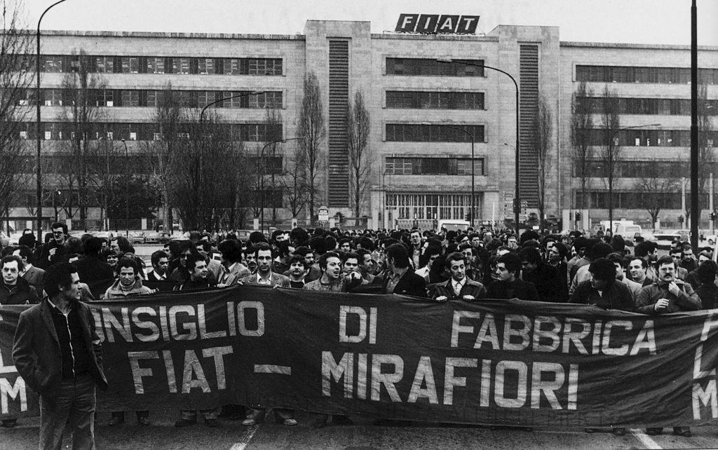 Manifestazione operaia davanti alla fabbrica FIAT di Mirafiori