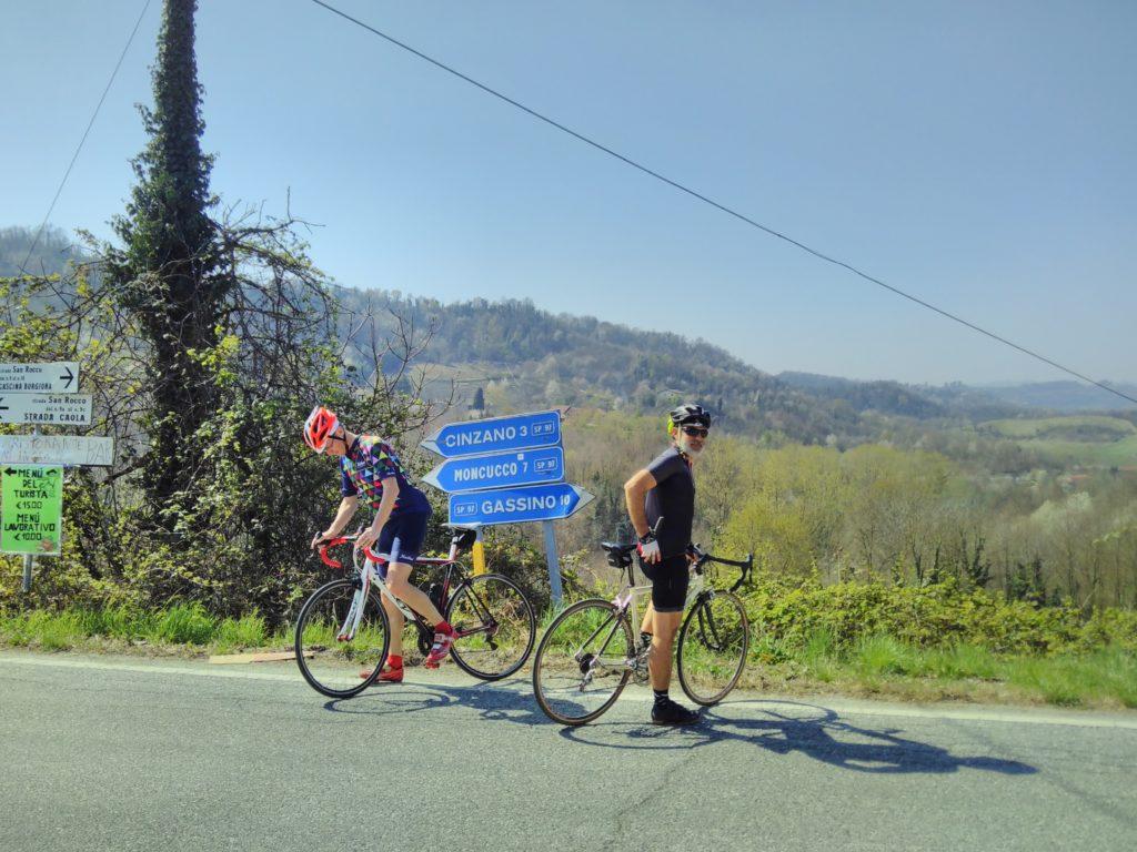 Una pausa al bivio che porta a Rivalba e Gassino (lunga discesa verso il Po), a Cinzano (un paio di chilometri in salita), o Casalborgone (discesa, da dove siamo arrivati).